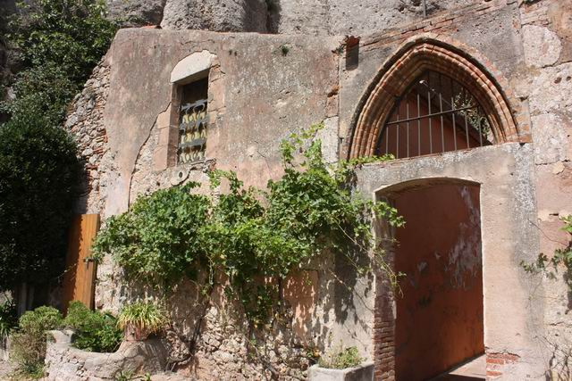 Santa Cova храм внутренний двор
