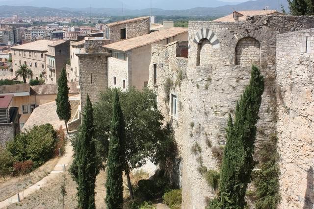 Жирона вид на крепостную стену и город