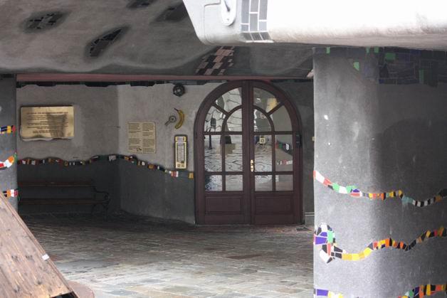 Дом Хундертвассера дверь