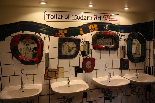 Дом Хундертвассера туалет умывальники