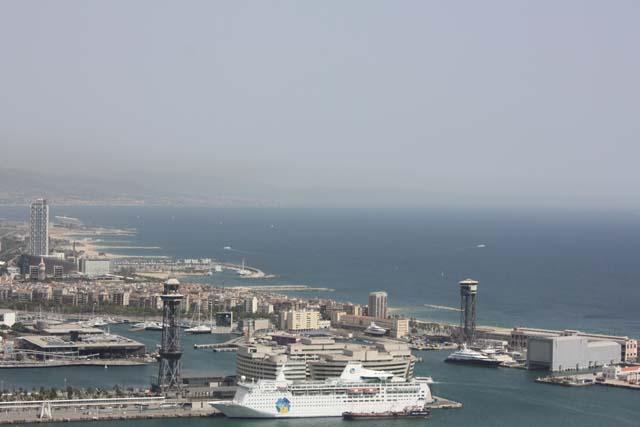 судно в порту Барселоны
