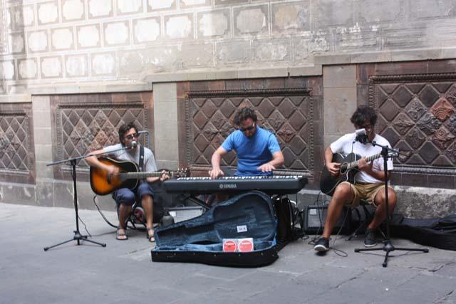 Барселона уличные музыканты готический квартал