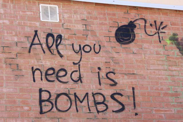 Таррагона надпись на стене All you need is bomb