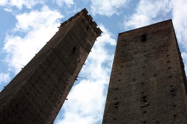 Болонья Падающие башни Due Torri Torri Pendenti