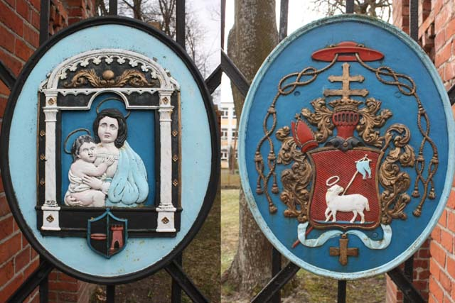 Гербы на воротах базилики во Фромборке