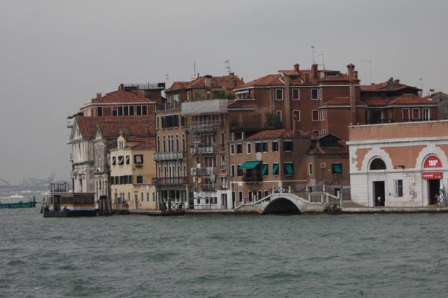 Венеция - мостики и здания на берегу