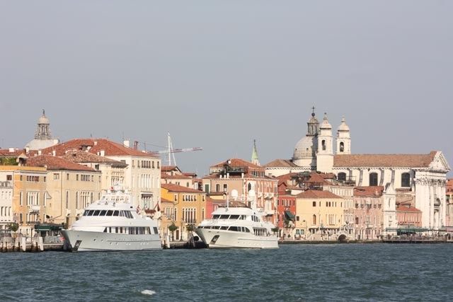 Венеция - яхты в центре города