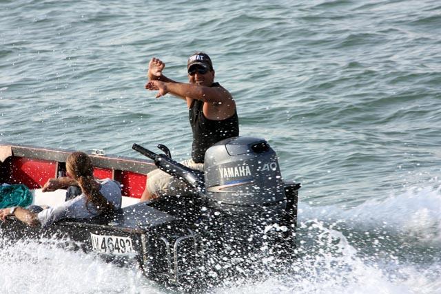 парень на лодке