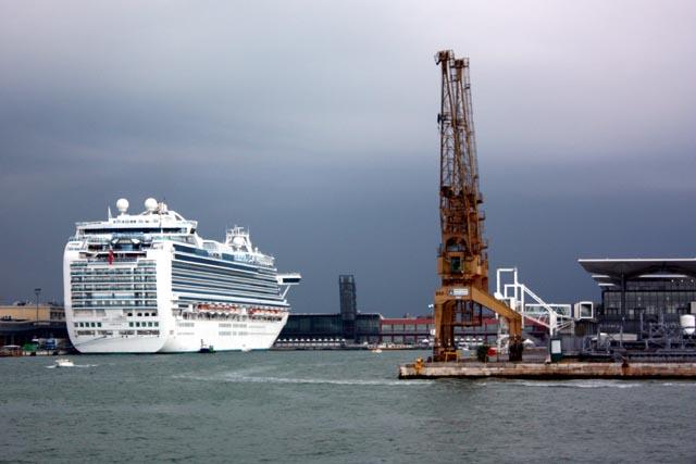 Лайнер в порту Венеции