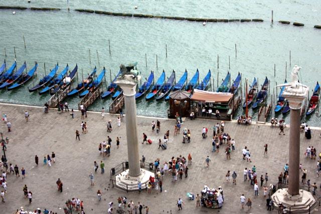 Гондолы в Венеции у пирса