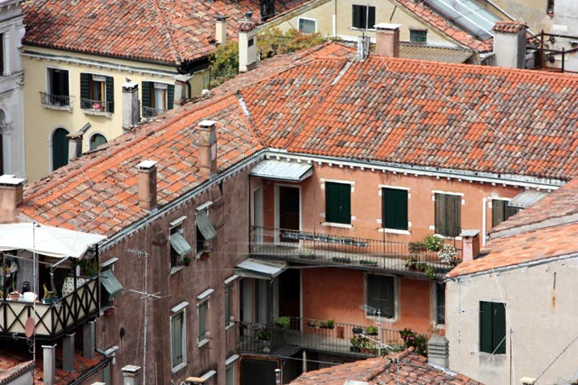 Уютные дома с черепичными крышами в Венеции