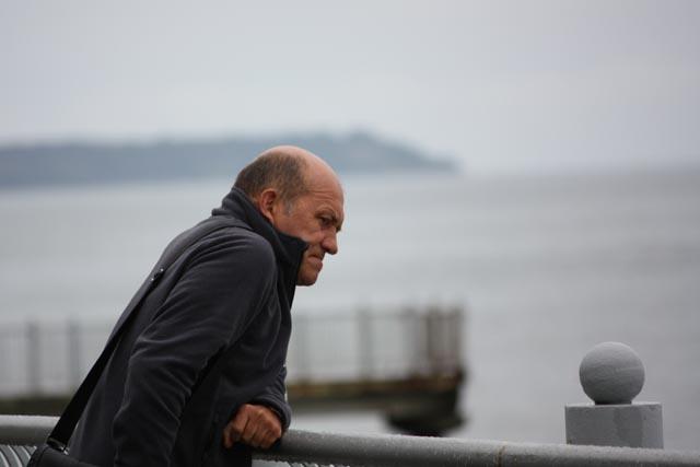 человек на побережье моря