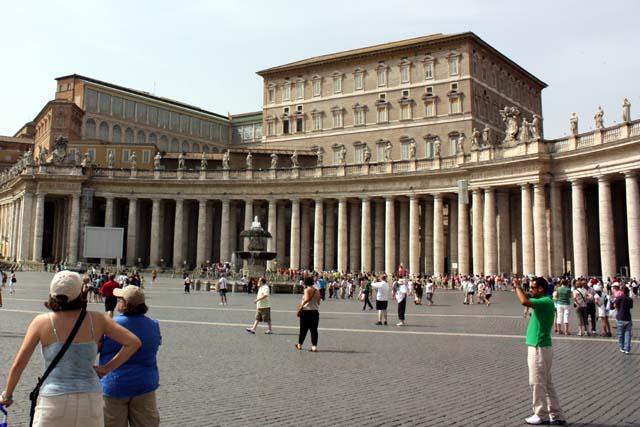 колонада Собора Святого Петра в Риме