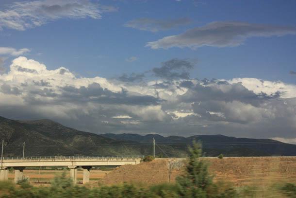 горы и облака в окне