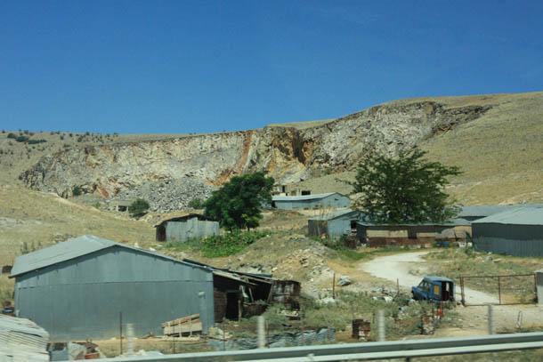 карьер, горы и строения
