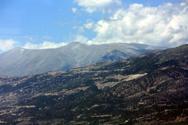облака над горной грядой в Греции