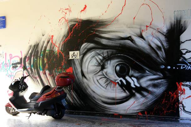 Граффити глаз и мотороллер