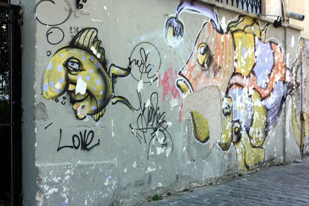 Граффити на облупившейся стене