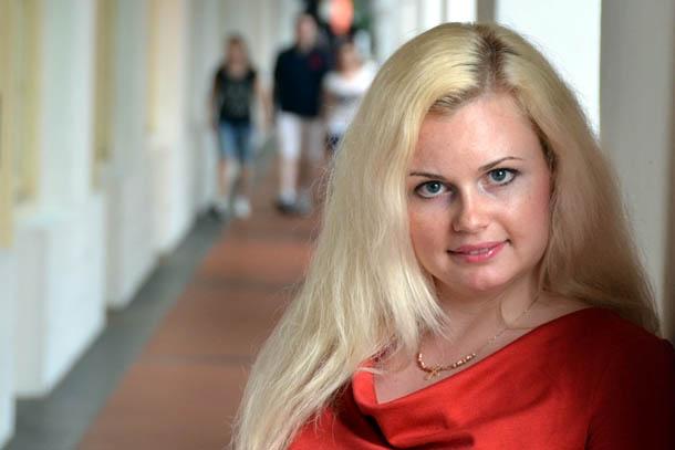 Ирина Яровая и коллонада