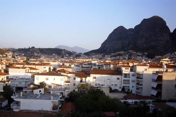 Каламбака панорама города и скал