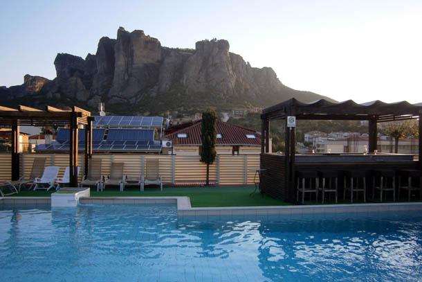 Каламбака - вид на горы с бассейна на крыше