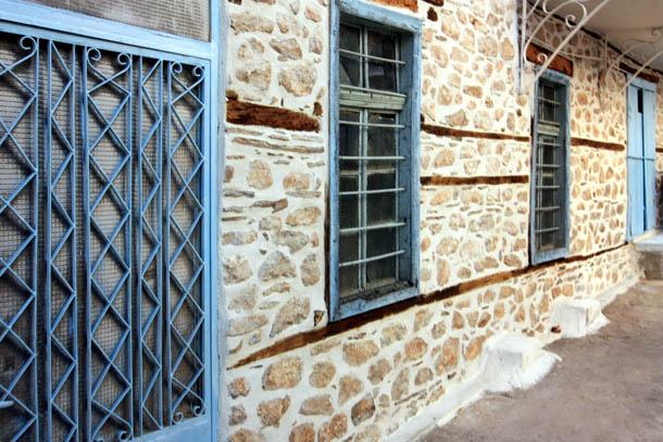 дом - синие окна и стены из камня