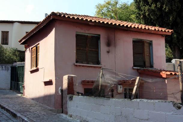 Ксанти розовый дом с черепичной крышей