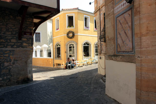 Ксанти - посетители уличного кафе в центре