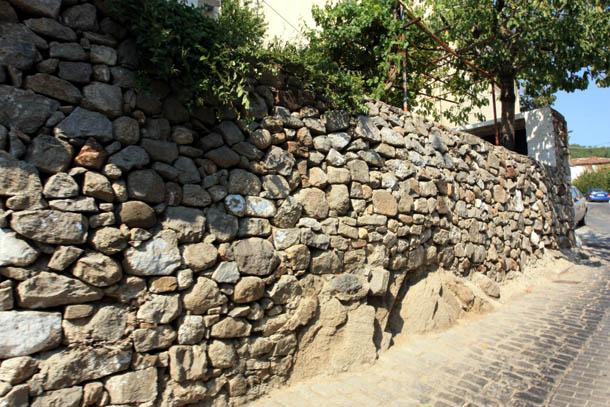 Ксанти - каменная стена