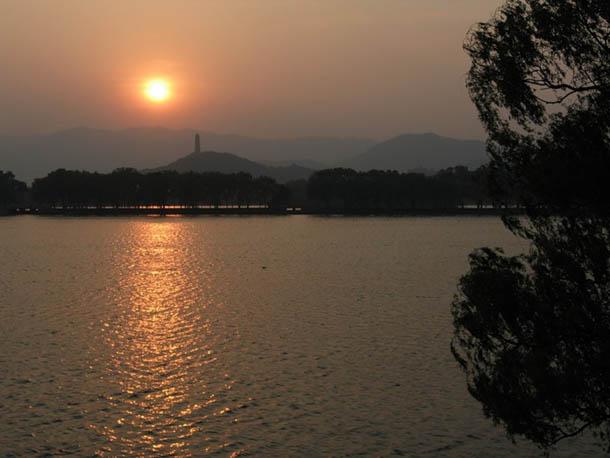 вечер в парке Ихэюань, Пекин, Китай