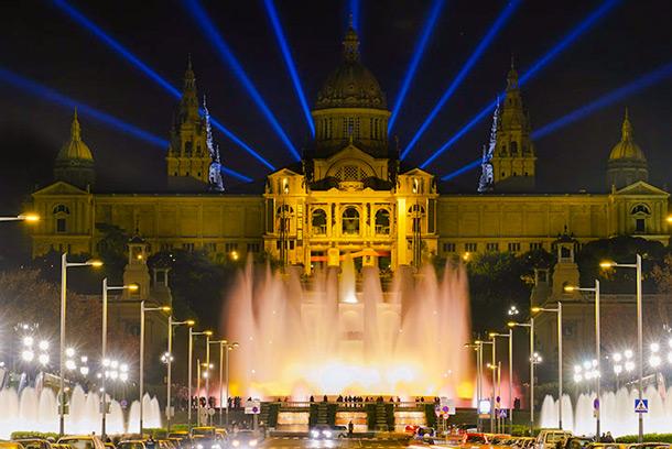 Дворец в Барселоне и фонтан вечером