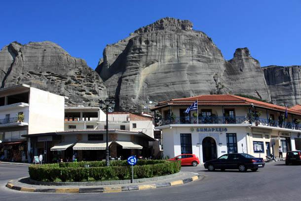 Каламбака - фото мэрии на фоне гор
