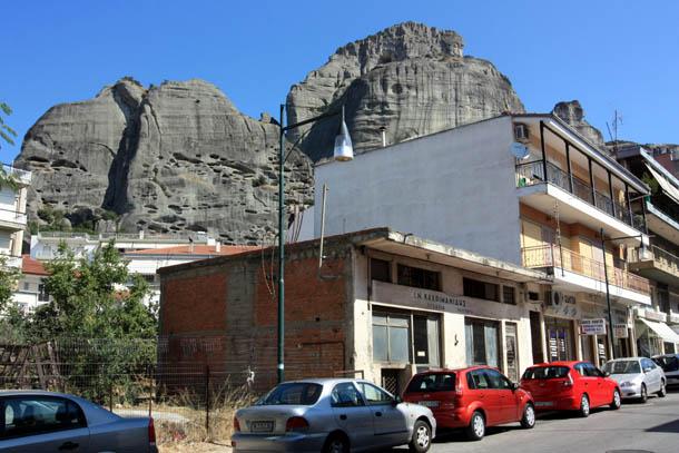 Дома на фоне скал в Греции