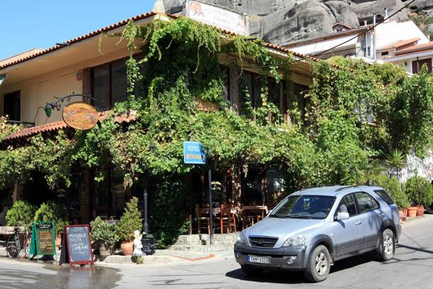 греческий домик. утопающий в зелени