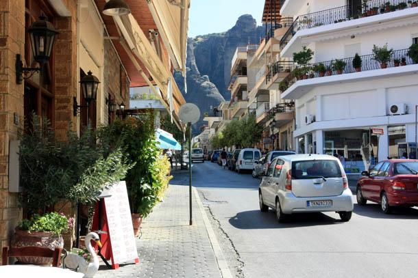 Каламбака - улицы, горы и автомобили