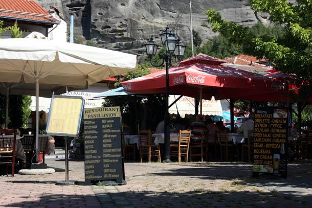 Летняя площадка ресторанчика Panellinion в Каламбаке