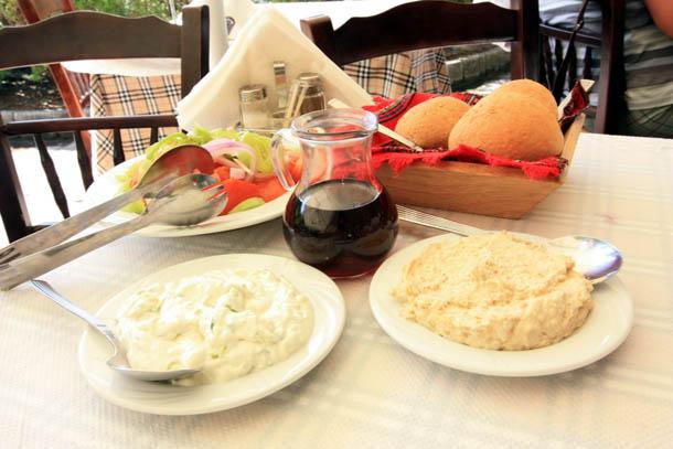 греческие салаты в летнем ресторане