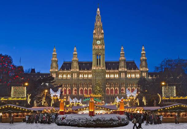 Рождественский рынок перед Ратушей в Вене
