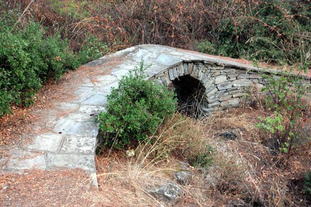 Каменный мостик на тропе