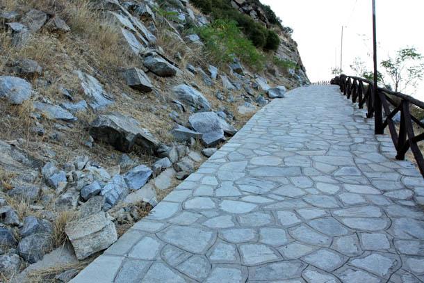 Подъем в гору по дороге из камня