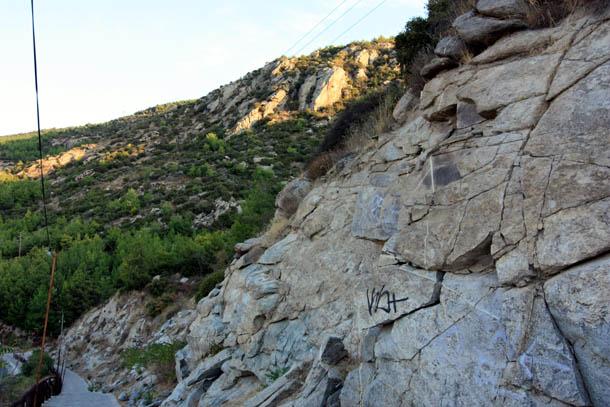 Дорога у скалы