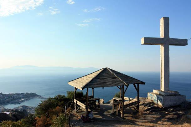 Кавала - на вершине горы у креста