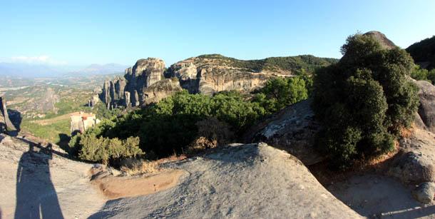 панорама скал со смотровой площадки в Греции