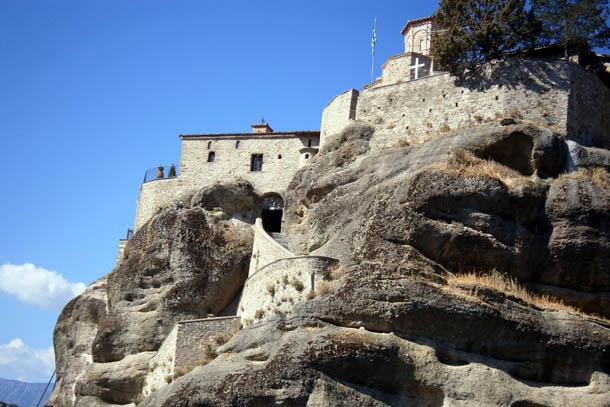 Монастырь на скалах в Греции
