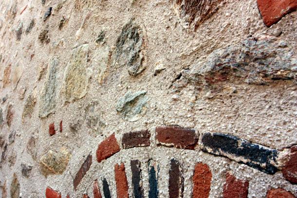 древняя стена монастыря