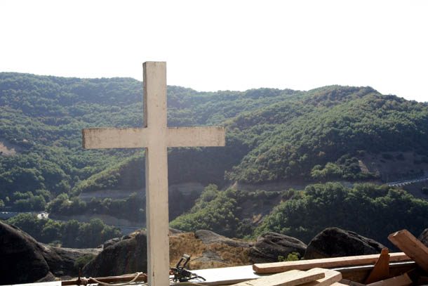 крест на фоне горного массива