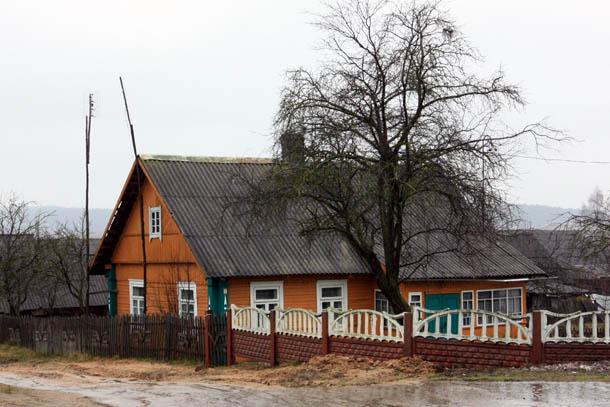Оранжевый домик из дерева