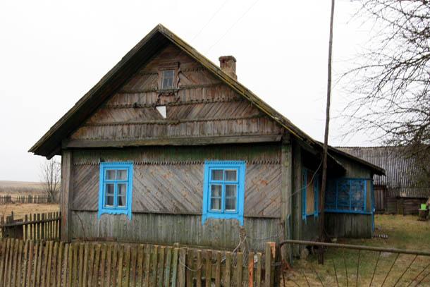 домик с синими окнами