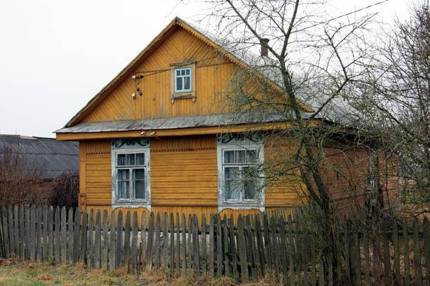 желтый деревенский дом из дерева