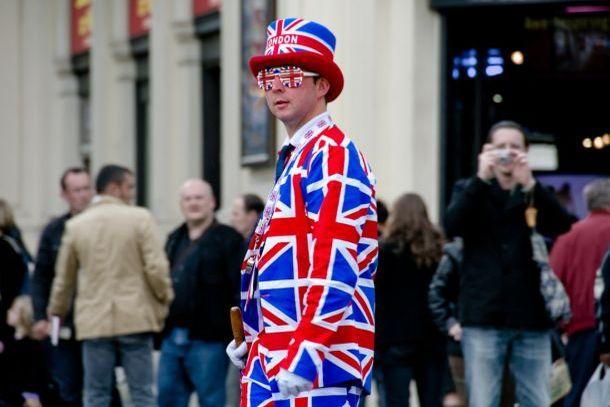 Англичанин в одежде вида английского флага